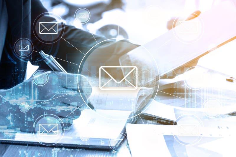 Dwoistego ujawnienia biznesmen pisze planu biznesowego i emaila netwo zdjęcie stock