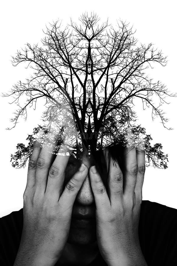 Dwoistego ujawnienia fotografia stresujący mężczyzna z sylwetką drzewny b obraz stock