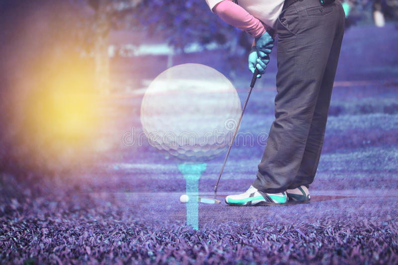 Dwoistego ujawnienia golfisty kładzenie z piłką golfową z trójnikiem zdjęcie stock