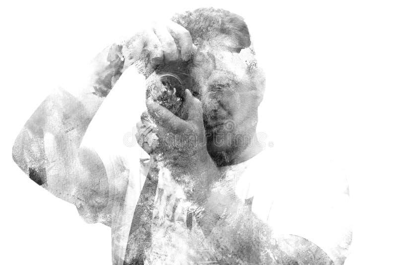 Dwoistego ujawnienia męski fotograf patrzeje kamerę Malujący portret mężczyzna twarz Czarny i biały obrazek odizolowywający na bi fotografia royalty free