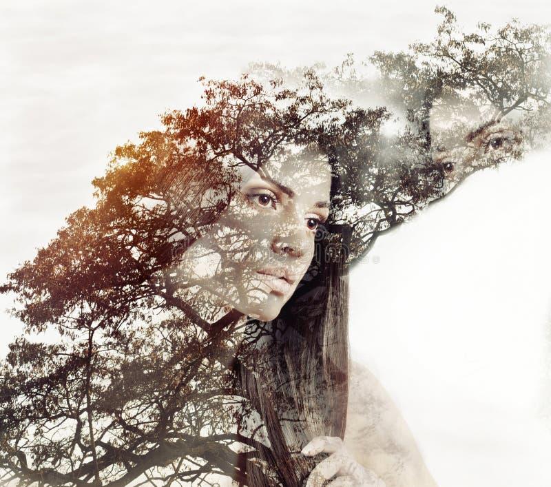 Dwoistego ujawnienia magiczny portret zmysłowa piękna kobieta i tr royalty ilustracja