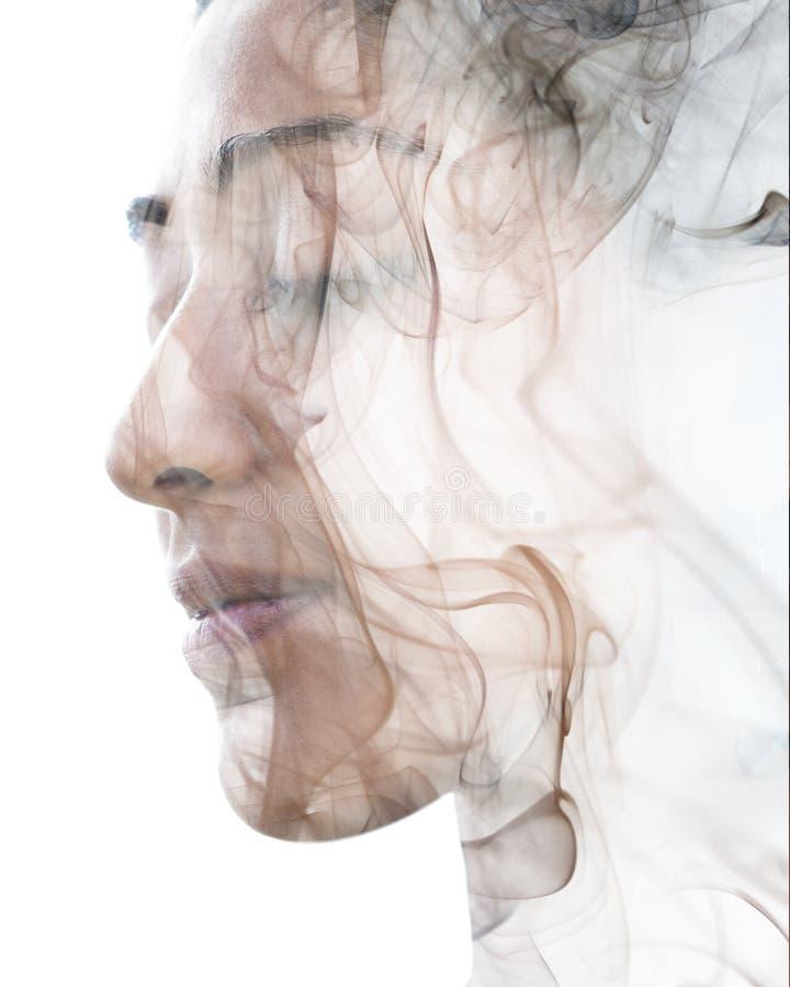 Dwoistego ujawnienia portret egzotyczna kobieta i dymiąca tekstura obraz stock
