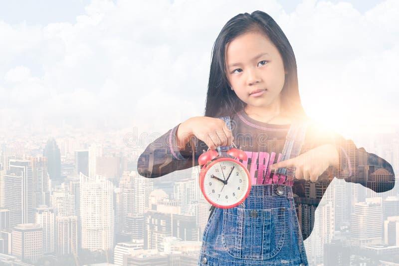 Dwoistego ujawnienia wizerunek mała dziewczynka punkt narzuta z pejzażu miejskiego wizerunkiem i budzik pojęcie szkoła, słab ilustracji