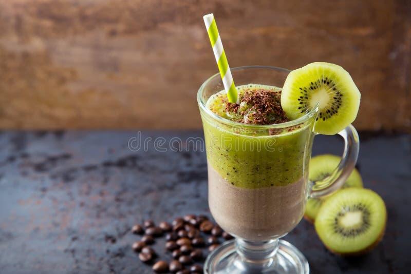 Dwoistej warstwy zieleni smoothie czekolada i kiwi fotografia royalty free