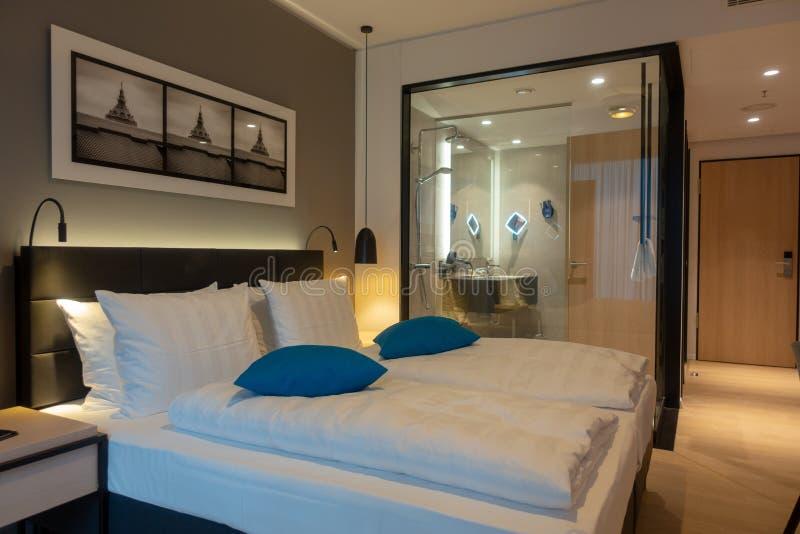Dwoisty łóżko w luksusowym pokoju hotelowym obrazy stock