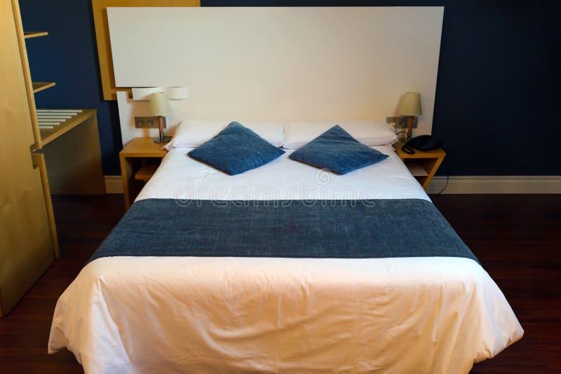 Dwoisty łóżko w pokoju hotelowym obraz royalty free