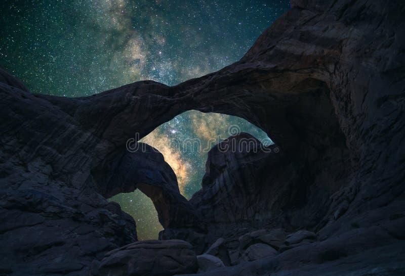 Dwoisty łuk pod nocnym niebem obrazy stock