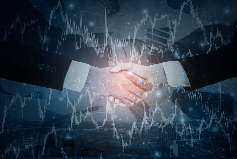 Dwoisty biznesmena uścisk dłoni z bizneswomanem negocjuje misję zupełną, tło pejzaż miejskiego i wykresu zapas, z zdjęcia royalty free