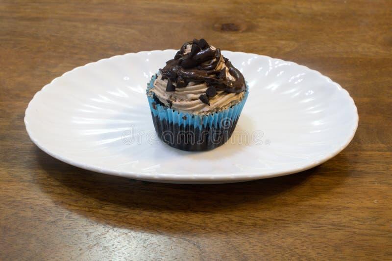 Dwoisty czekoladowy choco układu scalonego filiżanki tort fotografia stock