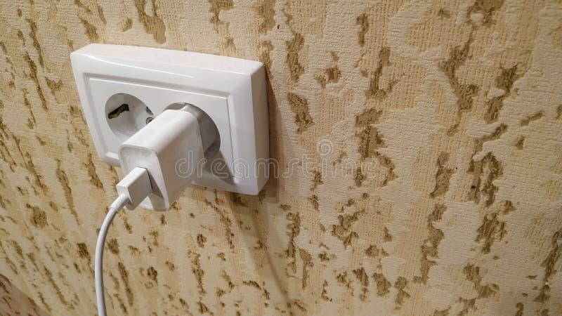Dwoisty elektryczny ujście w ścianie i zawierać ładowarce z drutem Zako?czenie obraz royalty free