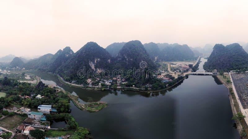 Dwoisty góry spojrzenie przy błękitną rzeką zdjęcia royalty free