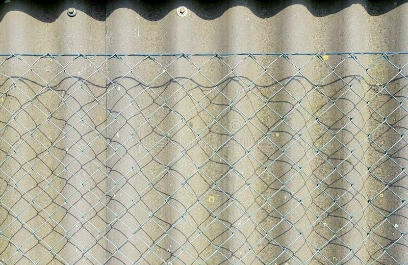 Dwoisty ochrony ogrodzenie T?o z ogrodzeniem symbolizuje prywatno?ci ochron? obrazy royalty free