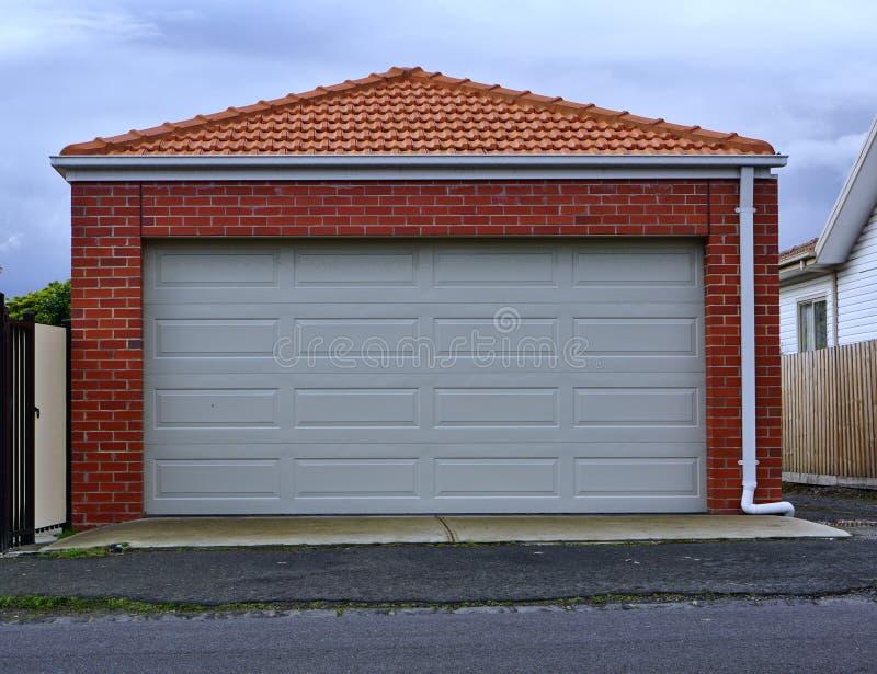 Dwoisty sklejony garażu drzwi obraz royalty free