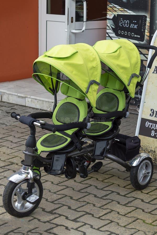 Dwoisty spacerowicz zieleni kolor żółty na ulicie blisko sklepu fotografia stock