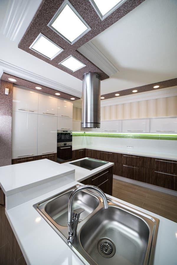 Dwoisty stalowy kuchenny zlew w nowożytnym stylu zdjęcie stock