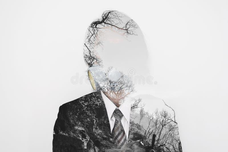 Dwoisty ujawnienie, biznesmen jest ubranym toksyczną ochrony maskę z nieżywym drzewa środowiskiem, pojęcie zanieczyszczenie i glo obraz royalty free