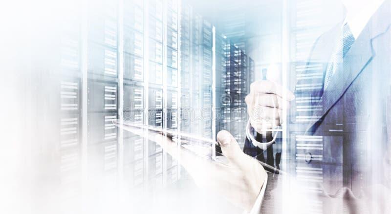 Dwoisty ujawnienie biznesmen pokazuje nowożytną technologię zdjęcia stock