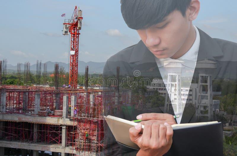 Dwoisty ujawnienie biznesmen z notepad w ręki podpisywania dokumentach w budowy miejsca pracy pojęciu zdjęcie royalty free