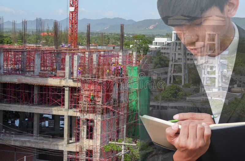 Dwoisty ujawnienie biznesmen z notepad w ręki podpisywania dokumentach w budowy miejsca pracy pojęciu fotografia royalty free