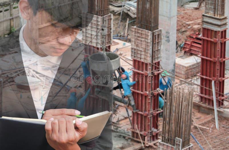 Dwoisty ujawnienie biznesmen z notepad w ręki podpisywania dokumentach w budowy miejsca pracy pojęciu obraz stock