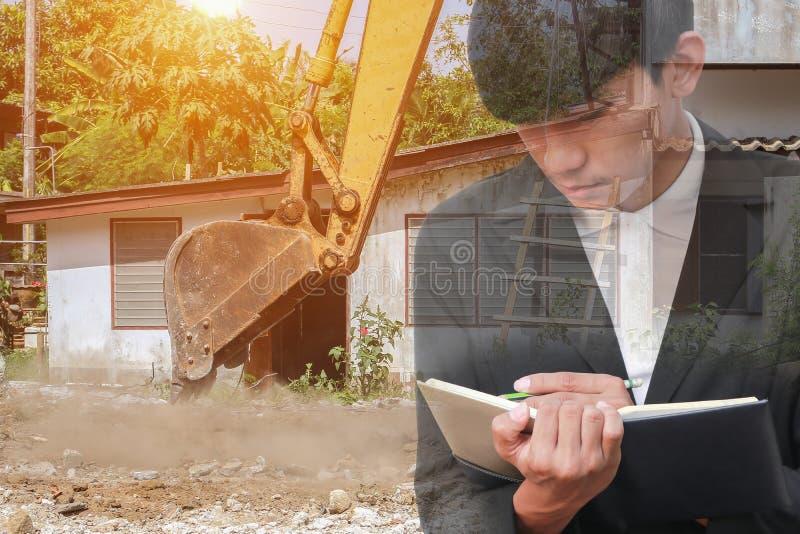 Dwoisty ujawnienie biznesmen z notepad w ręki podpisywania dokumentach w budowy miejsca pracy pojęciu zdjęcia stock