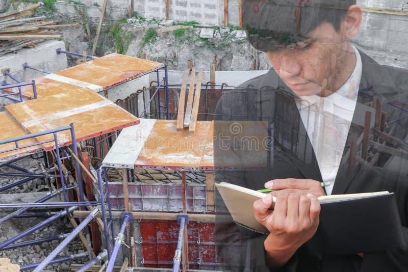 Dwoisty ujawnienie biznesmen z notepad w ręki podpisywania dokumentach w budowy miejsca pracy pojęciu obrazy royalty free