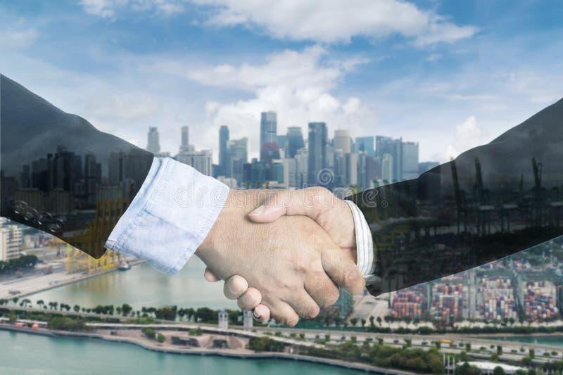 Dwoisty ujawnienie biznesmena uścisk dłoni na porcie z containe zdjęcia stock