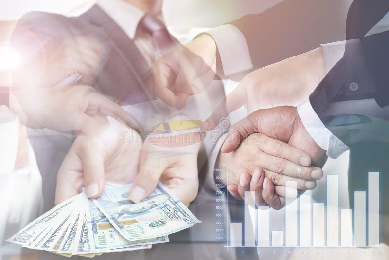 Dwoisty ujawnienie, biznesmeni jest uściskiem dłoni ono zgadza się łączyć busi obraz stock