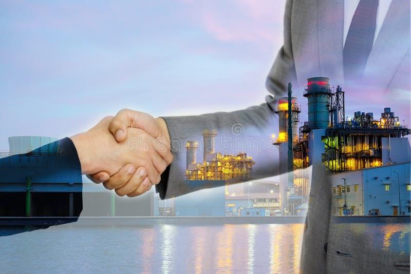 Dwoisty ujawnienie biznesowe kobiety podwaja uścisk dłoni i Elektryczną Wywołującą fabrykę zdjęcia royalty free