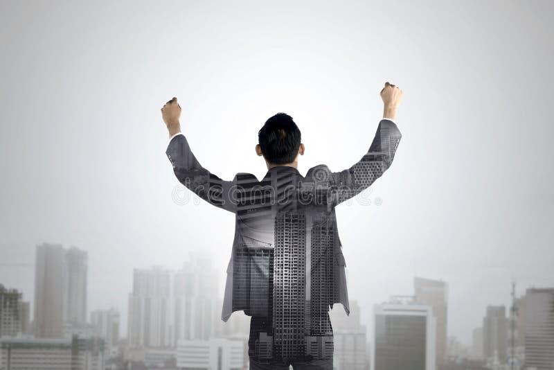 Dwoisty ujawnienie biznesowego mężczyzna podwyżka jego ręki zdjęcie stock