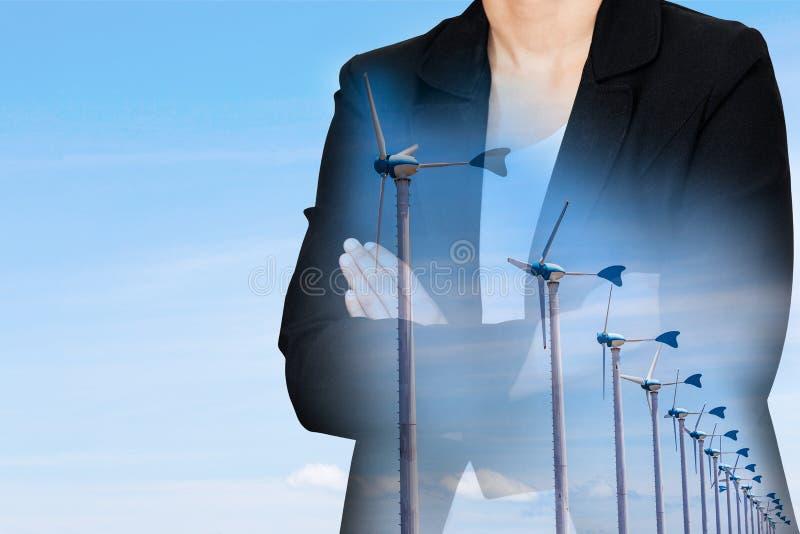 Dwoisty ujawnienie bizneswoman i silniki wiatrowi obrazy royalty free