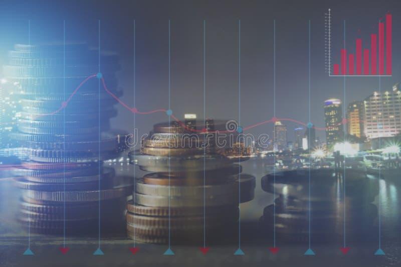 Dwoisty ujawnienie brogujący menniczy pieniądze, światło miasto i samochód przy nigh w retro tle - pojęcie jako konto, bankowość, zdjęcie stock