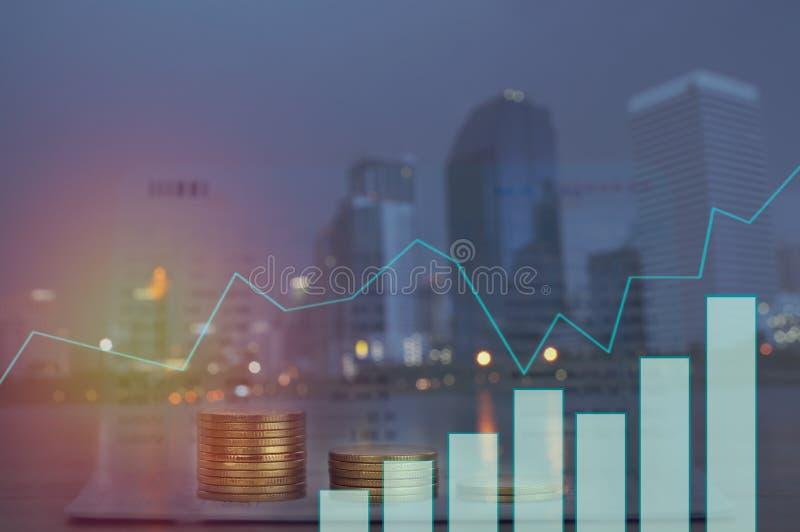 Dwoisty ujawnienie brogujący monety z wykresu i nocy miastem, pojęcie jak finanse i kapitał bankowość obrazy royalty free