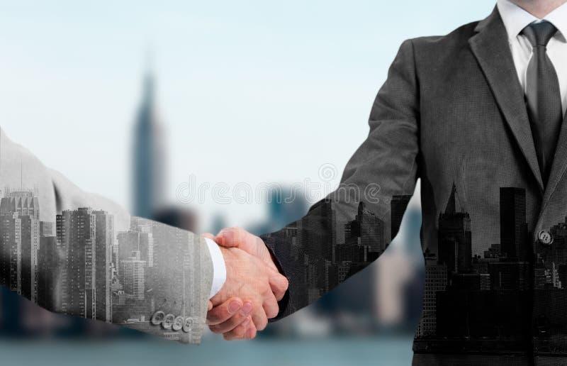 Dwoisty ujawnienie dwa ludzie biznesu uścisku dłoni i miasto fotografia stock