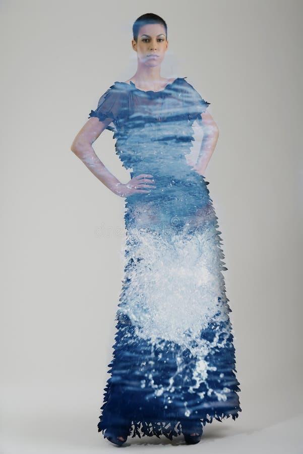 Dwoisty ujawnienie elegancka kobieta w modnej sukni pozuje wewnątrz obraz stock