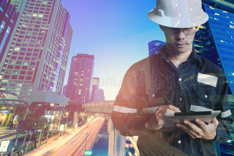 Dwoisty ujawnienie inżyniera lub architektury mężczyzna w pracującym shir obraz stock