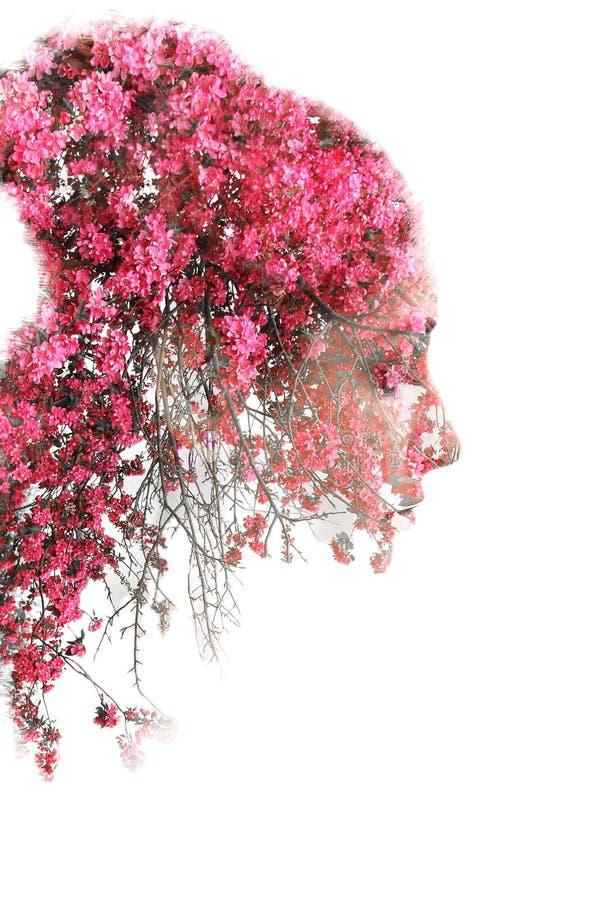 Dwoisty ujawnienie młoda piękna dziewczyna wśród drzew i liści Portret atrakcyjna dama łączył z fotografią drzewo royalty ilustracja