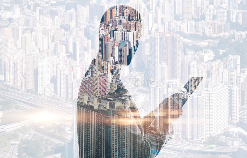 Dwoisty ujawnienie miasta i mężczyzna używać cyfrowy obrazy stock