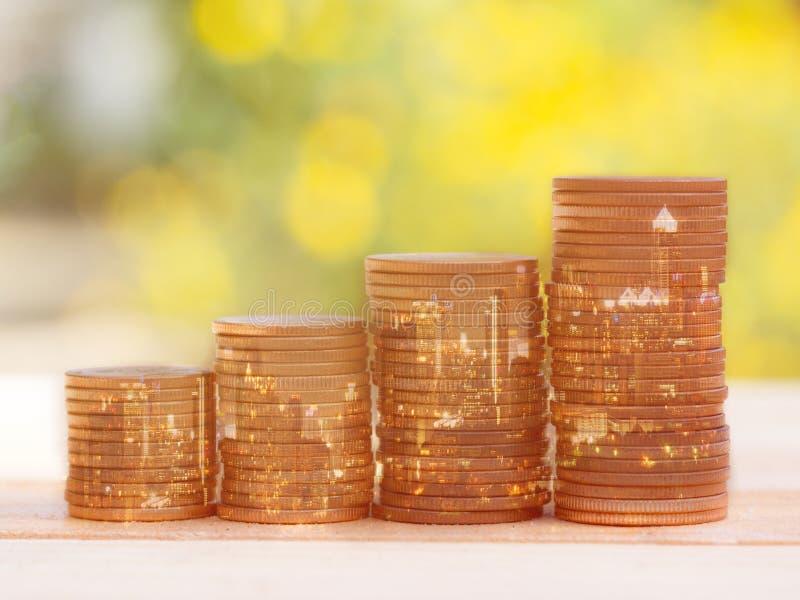 Dwoisty ujawnienie miasto i mennicza sterta dla biznesu finanse i bankowości pojęcia Złota kolor monety sterta w nocy mieście zdjęcie royalty free