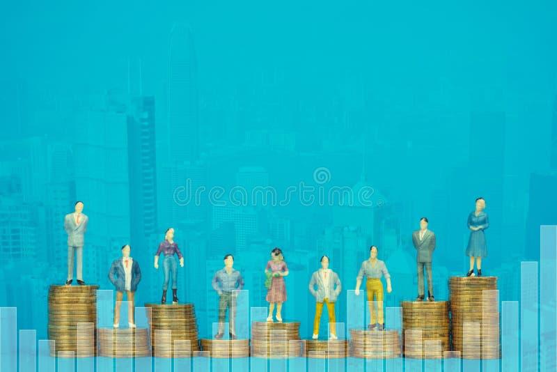 Dwoisty ujawnienie postaci miniatury urzędnika, biznesmena i inwestora sekretarki pozycja na menniczej stercie z miastem lub obraz stock