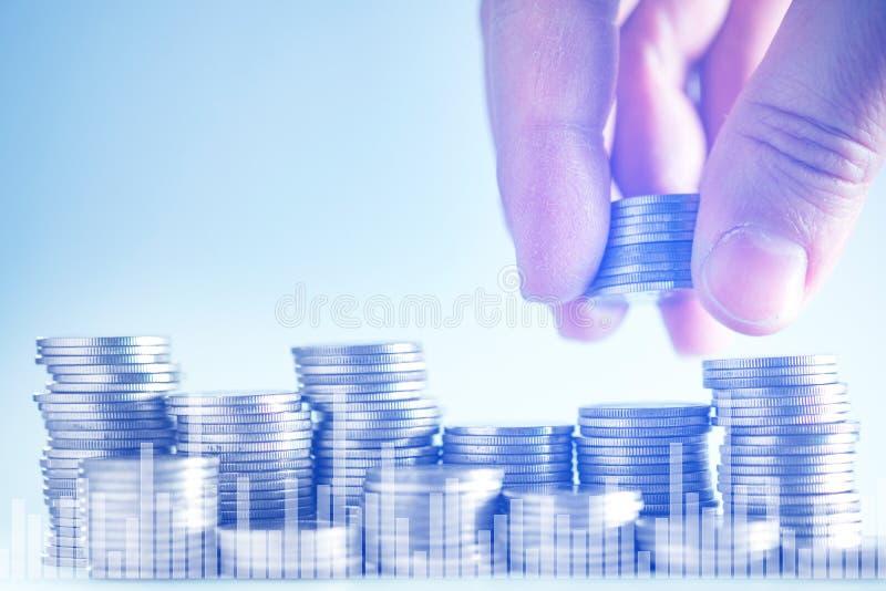 Dwoisty ujawnienie ręka stawia pieniądze monety sterta monety z f fotografia royalty free