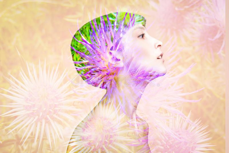 Dwoisty ujawnienie robić z młodą nagą piękną kobietą z zdrową skórą i wiosną kwitnie zdjęcia royalty free