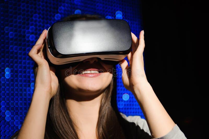 Dwoisty ujawnienie szczęśliwa kobieta używa słuchawek szkła dla rzeczywistości wirtualnej pojęcia obrazy royalty free