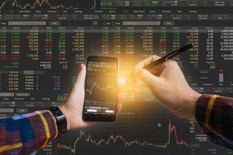 Dwoisty ujawnienie trzyma mądrze telefon sprawdza pieniężnego s ręka obrazy royalty free