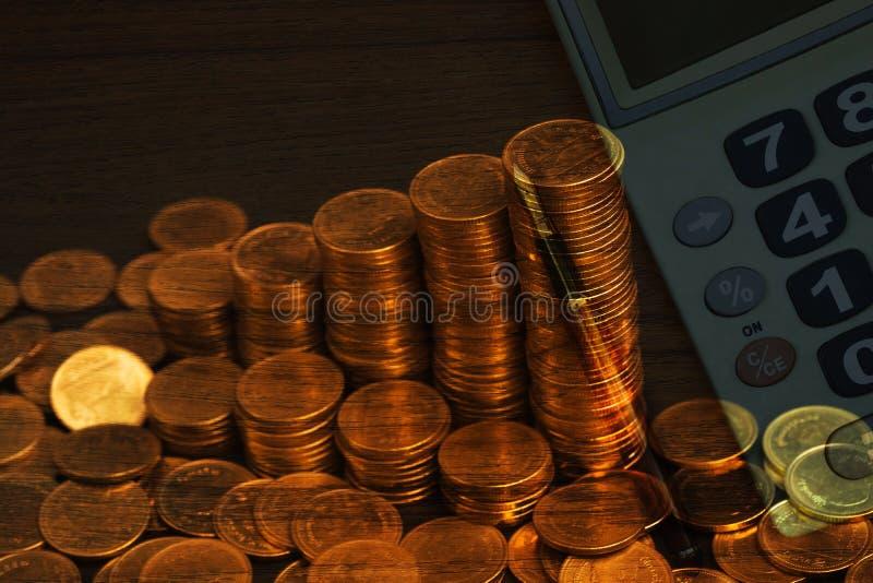 Dwoisty ujawnienie wzrastające kolumny monety, z biurowymi dostawami, biurowej pracy istotnymi narzędziami lub rzeczami, biznesow zdjęcie royalty free