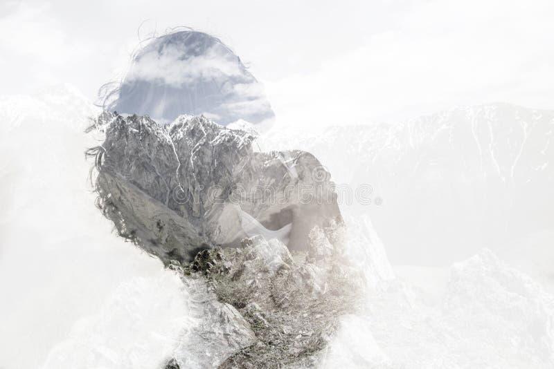 Dwoisty ujawnienie z młodą kobietą i górami fotografia royalty free