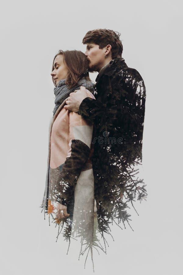Dwoisty ujawnienie z romantyczną parą i gałąź w jesieni zdjęcie royalty free