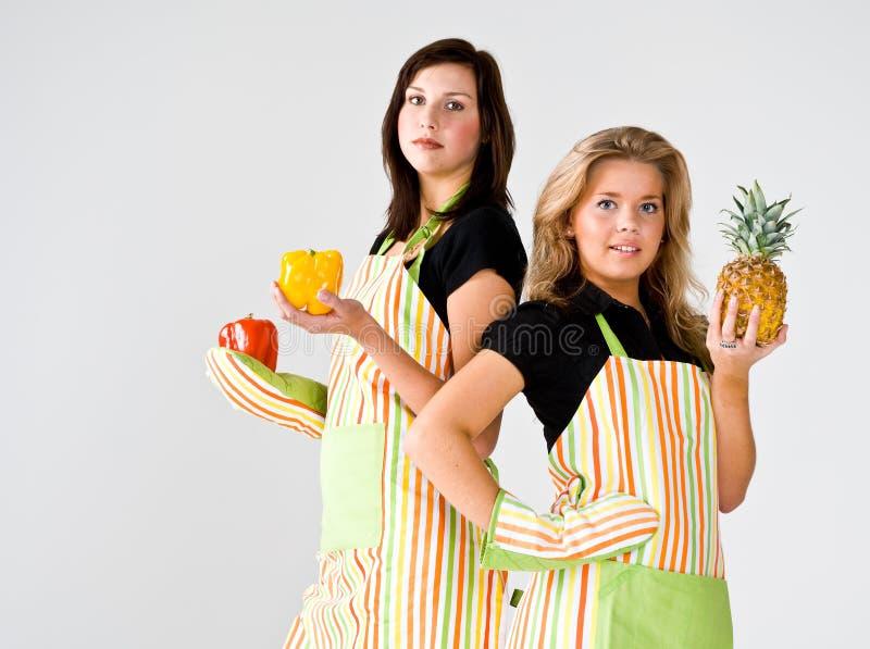 dwoje nastolatków gotować obrazy stock