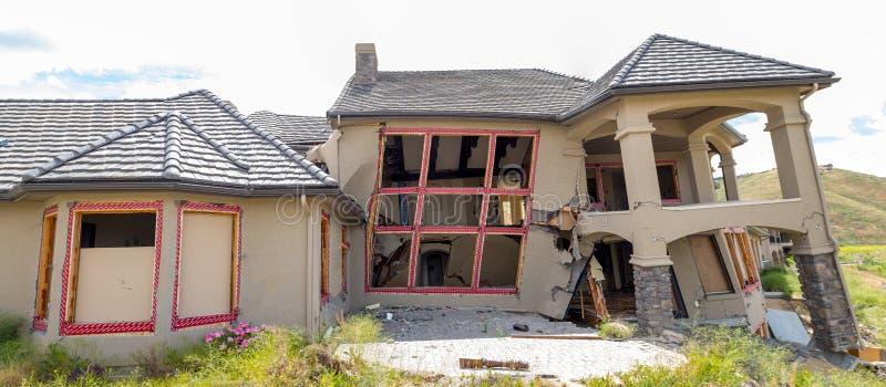 Dworu dom rozdrobni pod przesuwanie się ziemią zdjęcie royalty free