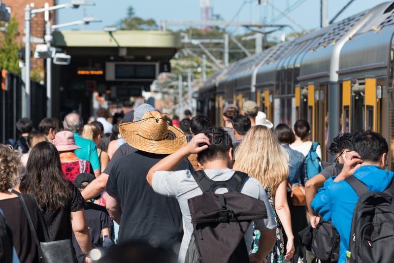 Dworzec z tłumem unrecognizable ludzie fotografia royalty free